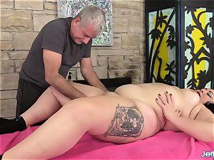 A massagist Turns a rubdown into an ejaculation Session for bbw Calista Roxxx