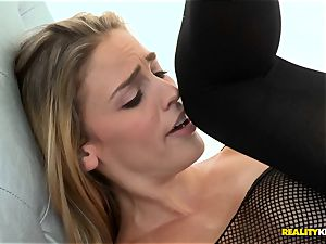 Gracie Glam sits her bum on Ryan Ryans face